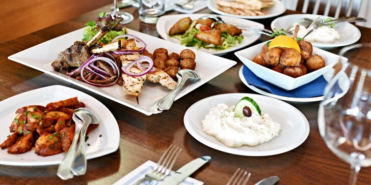 Tradiční řecké menu s předkrmem, mísou plnou masa, tzatziki a dezertem