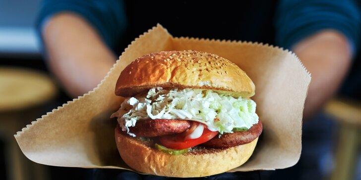 Stavte se pro burger: hovězí, drůbeží nebo vege se zeleninou v centru Plzně