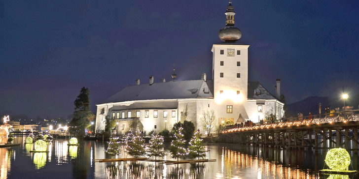 Advent na vodním zámku Orth na jezeře Traunsee a adventní trh ve Welsu