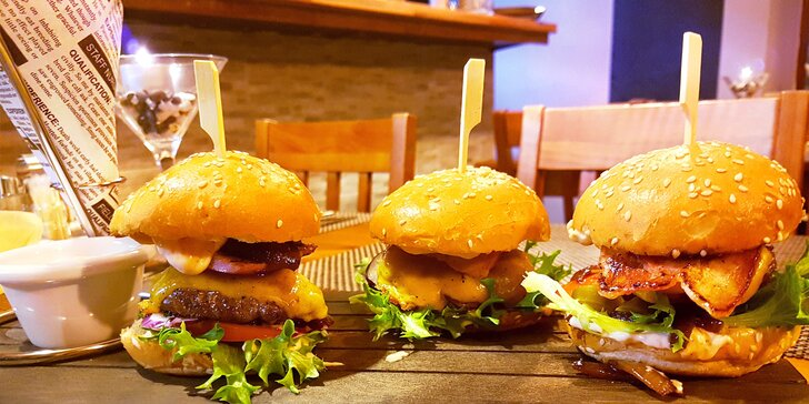 Trojka je šťastné číslo: 3 miniburgery s hovězím masem, hranolky a tatarkou