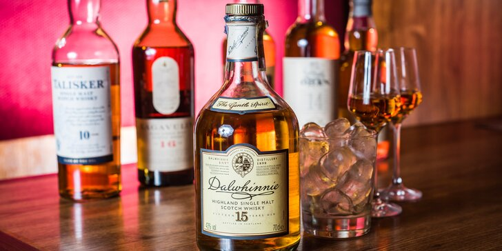Degustace šesti špičkových skotských whisky v anglickém pubu