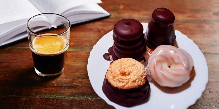 Do kavárny na klasiku: Vídeňská či turecká káva a tradiční zákusek