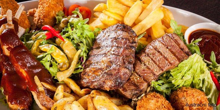 Grilovací nálož 3 druhů masa, hranolků a zeleniny s výhledem na zámek