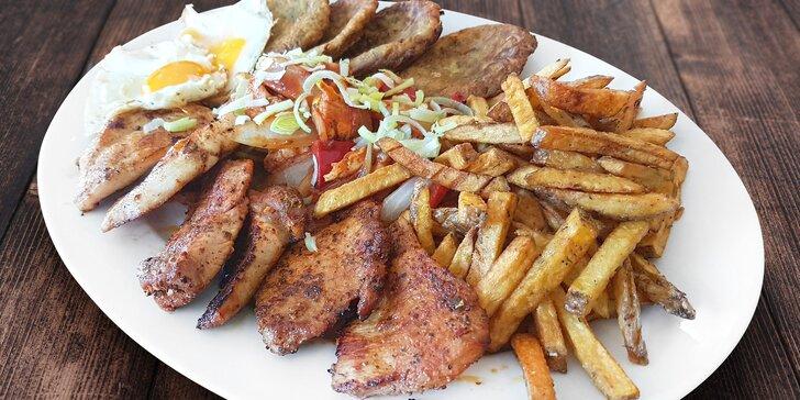 Plato grilovaných dobrot s hranolky, bramboráčky a zeleninou pro 2-3 jedlíky