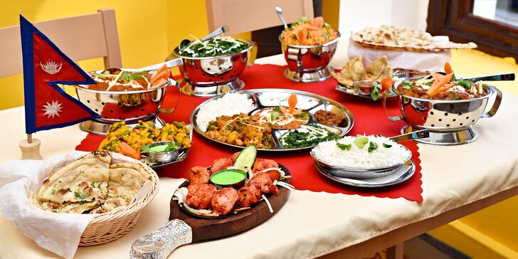 Přehlídka voňavých pochoutek: Stůl plný indických specialit pro dva