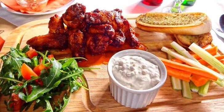 12 pikantních kuřecích křídel s blue cheese dipem a česnekovou bagetou
