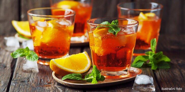 Dva drinky Aperol Spritz v originálním ekologickém baru Nový svět