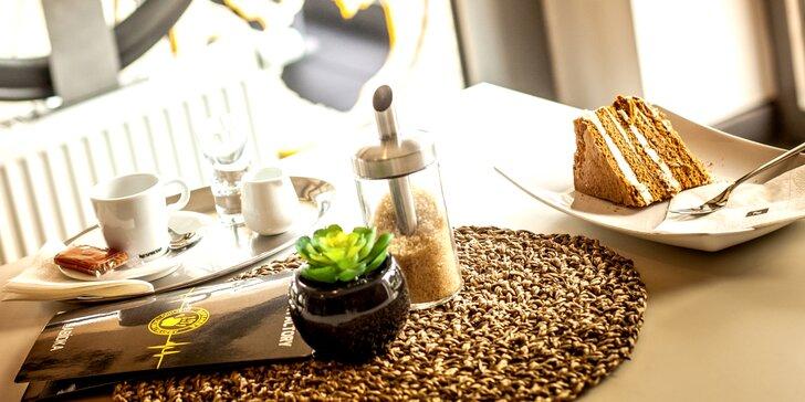 Vynikající káva a zákusek ve stylové cyklistické kavárně