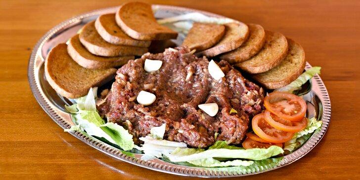 Bašta v rustikální restauraci: 300 g nebo ½ kila míchaného tataráku a 20 topinek