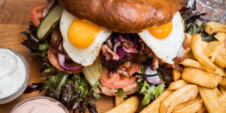 Obří burger v domácí bulce až pro 4 osoby a k tomu hranolky a dresink