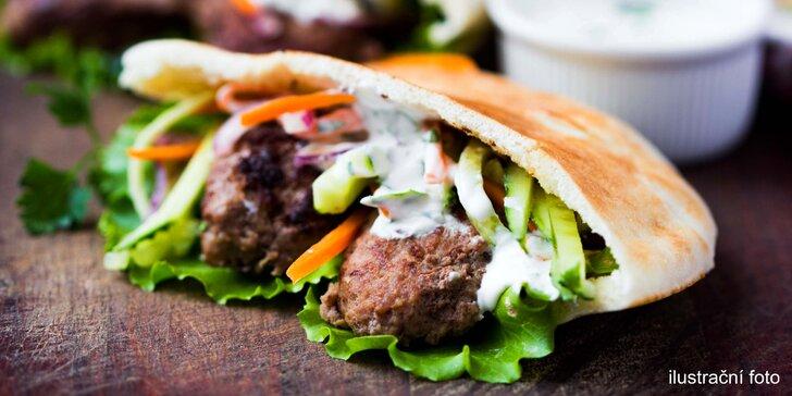 Pochutnejte si na burgeru v pitě se 100% hovězím, zelím a domácí omáčkou