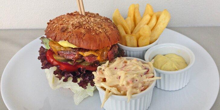 Přímý zásah: Burgerové menu pro 4 osoby a 2 hodiny bowlingu