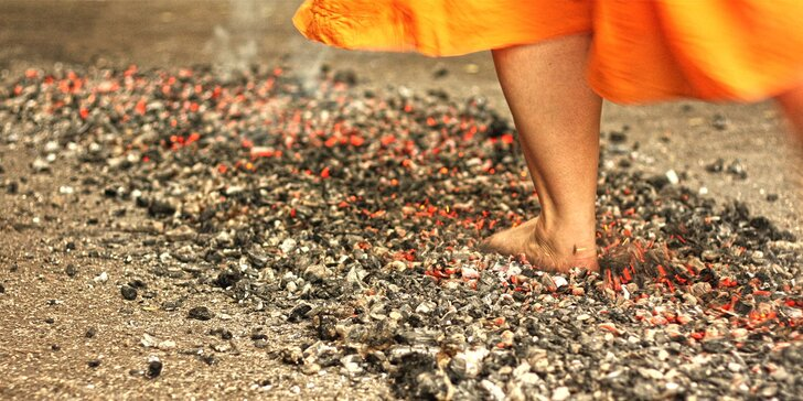 Pokořte strach: Chůze po žhavých uhlících pro 2–5 lidí i s opékáním buřtů