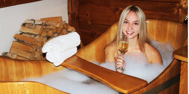 Vinná koupel v dřevěných kádích, maska na obličej a lahev vína pro dva