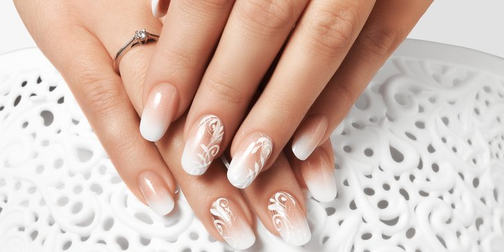 Pudrové nebo akrylové nehty s dekorací