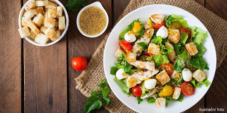 Čerstvá pomerančová šťáva a salát z ingrediencí, jaké si vyberete