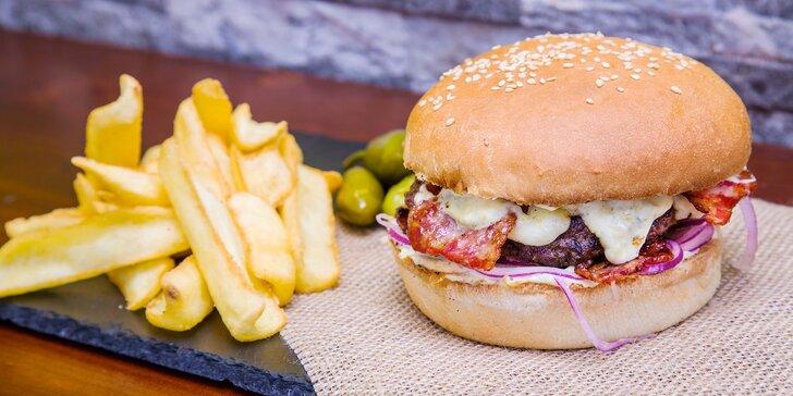 Burger menu z lokálních zdrojů: Jalapeňák a k němu hranolky, salát nebo polévka