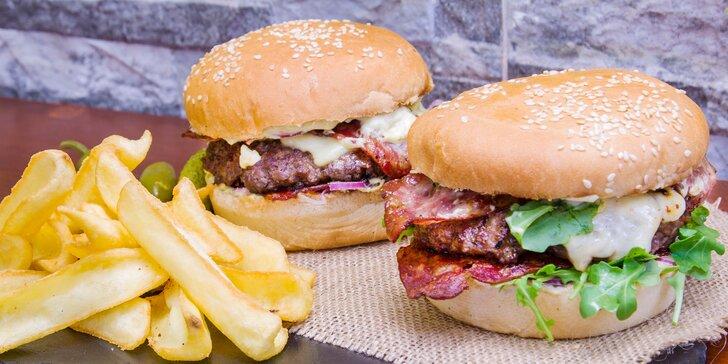 Poctivé burger menu z lokálních zdrojů pro 2 + hranolky, salát nebo polévka