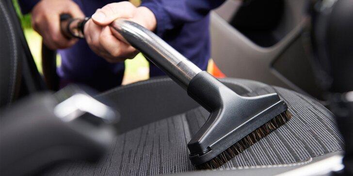 Důkladné čištění interiéru osobního vozidla od profesionálů