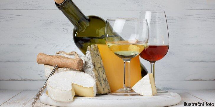 Láhev kvalitního vína z Bzence a talířek skvělých vyzrálých sýrů