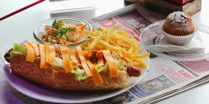 Vítejte v Americe 50. let: výtečný hot dog, hranolky, salát Coleslaw a muffin