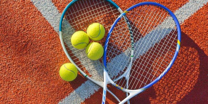 Potrénujte backhand: hodina tenisu v hale nebo přenosné permanentky