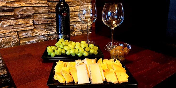 Posezení s partnerem či kamarádkou: lahev vína a tapas pro dva