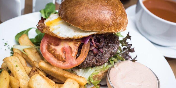 Burger z hovězího masa s domácí bulkou a americkými bramborami
