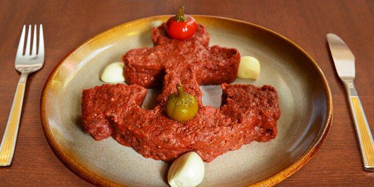 Půlkilový tatarák ze zadního hovězího a nálož topinek v restauraci Plachetnice