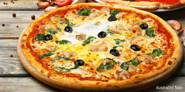Dvě libovolné pizzy s průměrem 35 cm čerstvě vytažené z pece na dřevo