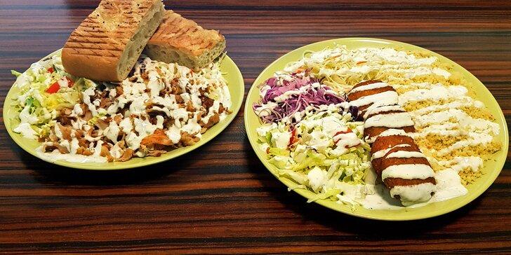Vegetariánský talíř s falafelem nebo kebab s tureckým chlebem
