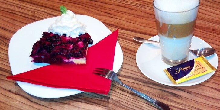 Borůvkový koláč s kávou a jako bonus výhled na krumlovský zámek