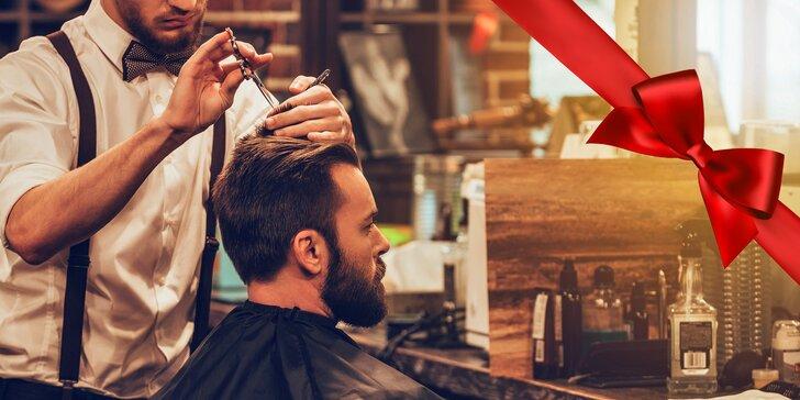 Uvolňující barber péče: Posezení s kvalitní whisky a střih vlasů nebo holení