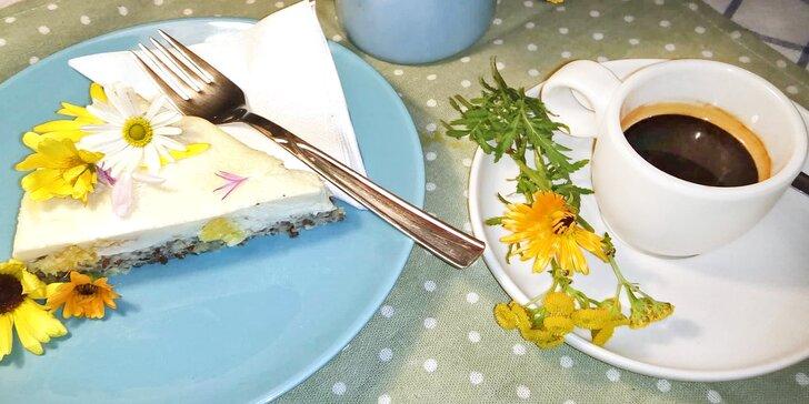Pro příjemné chvilky: káva nebo čaj a bezlepkový raw dort pro jednoho a pro dva