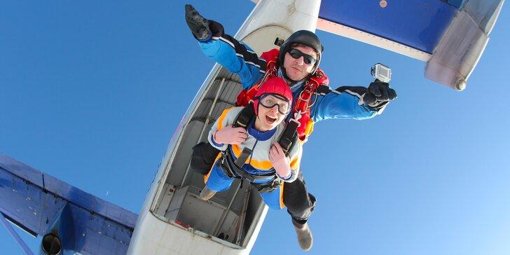 Tandemový seskok padákem z výšky 3000 m nad Brnem