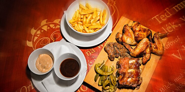 Masové prkno pro dva jedlíky: 3 druhy masa, hranolky a BBQ omáčka