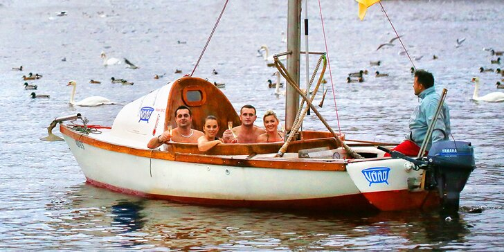 Netradiční plavba po Vltavě: 2hodinová horká lázeň na palubě lodi až pro 6 osob