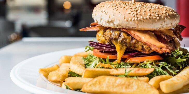 O tenhle vyladěný burger se prát nemusíte: burger a hranolky pro 1 i pro 2