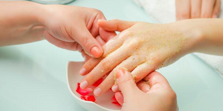 Královská péče o ruce: kyslíková masáž s fototerapií, peeling i manikúra