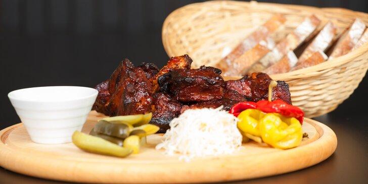 1 kg grilovaných vepřových žeber v BBQ marinádě, křupavá zelenina a chléb