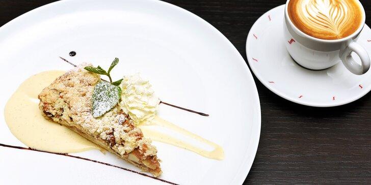 Káva a jablečný koláč se šlehačkou v restauraci u Karlova mostu