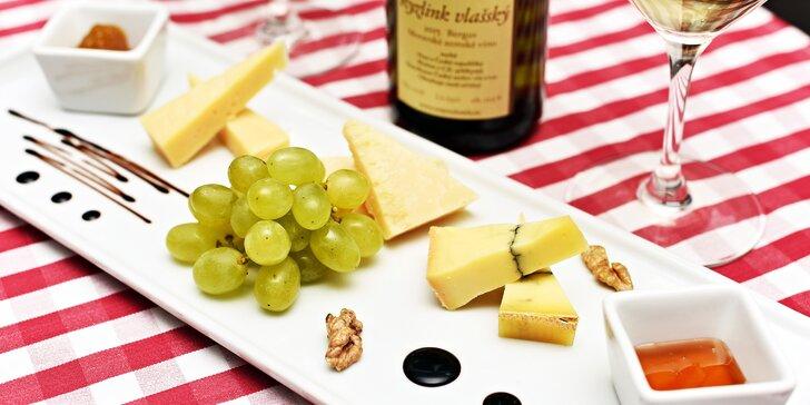 Ochutnávka sýrů a sklenka vína v restauraci u Karlova mostu