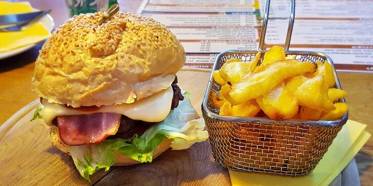 Burger dle výběru a hranolky pro 1 či 2: hovězí, kuřecí, s jalapeños i liškami