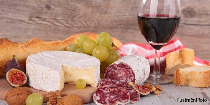 S kámoškou do vinotéky: litr vínka a k němu nakládaný hermelín a klobáska