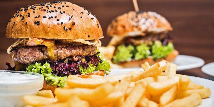 Vzhůru na tah: dva hovězí burgery s hranolky a cibulovými kroužky
