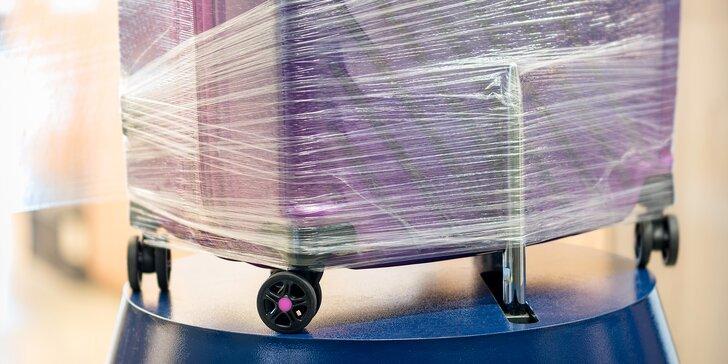 Nechte si před letem zabalit zavazadlo do folie na profesionálním balícím stroji