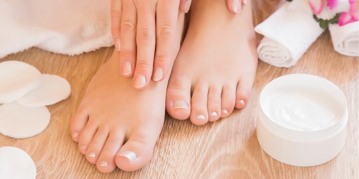 Klasická mokrá pedikúra pro dokonalé nohy včetně zábalu a masáže