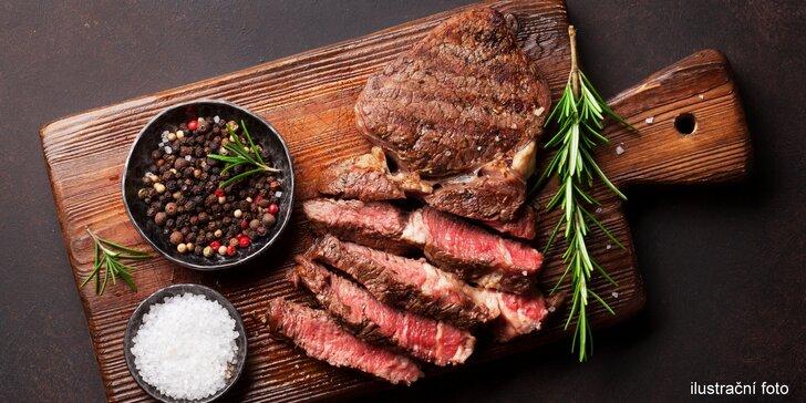 Steak z hovězí svíčkové, žampionová omáčka s fazolkami a sklenka vína