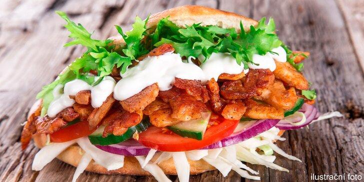 Výtečná pochoutka do ruky: Kebab v chlebu, tortile nebo boxu