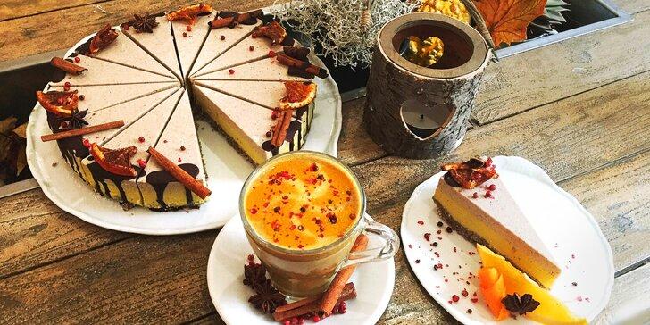 Skořicový dort a šálek teplého nealko likéru v kavárně Secret of raw